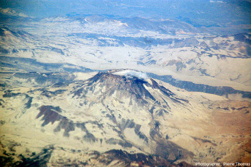 Vue détaillée sur le Descabezado Grande et son léger panache de vapeur, Andes chiliennes