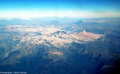 Vue d'ensemble éloignée des deux stratovolcans Descabezado Grande et Cerro Azul, Andes chiliennes