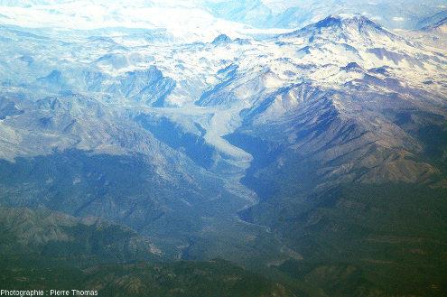 Vue sur les volcans Descabezado Grande (à gauche) et Mondaca, Andes chiliennes