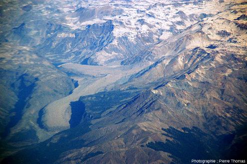 Vue sur le Mondaca, constitué d'un dôme de dacite (2048m, au centre de la photo) sorti à flanc de vallée et de deux coulées de lave dacitique très visqueuse, qui se sont écoulées vers le l'Est et vers le Nord-Ouest