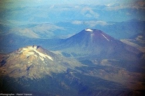 Le Tolhuaca (1er plan) 2739m, DE −4000, 20hab., et le Lonquimay (2e plan), 2832m, DE 1990, 15000hab.