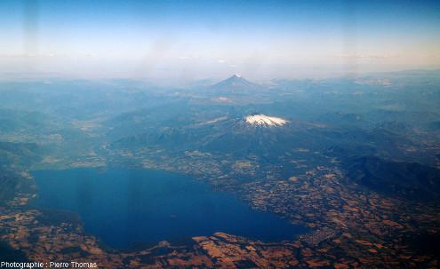 Enneigé, le Villarrica, 2847m, DE 2021, 35000hab. et, en arrière-plan, (50km plus à l'Est), le Lanin, 3776m, DE560, 3000hab.