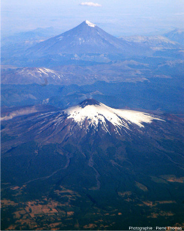 Au 1er plan, le Villarrica, 2847m, DE 2021, 35000hab. et, en arrière-plan, (50km plus à l'Est), le Lanin, 3776m, DE560, 3000hab.