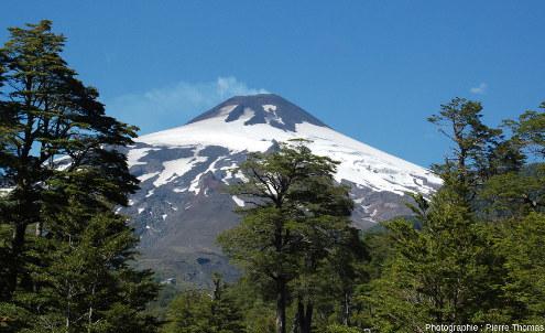 Le Villarrica et son léger panache de fumée vu depuis le sol, 2847m, DE 2021, 35000hab.