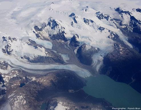 Vue sur le confluent des trois glaciers qui se jettent dans un lac et visible à droite de la figure 11