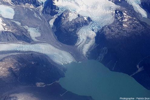 Zoom sur le confluent des trois glaciers qui se jettent dans un lac et visible à droite de la figure 11
