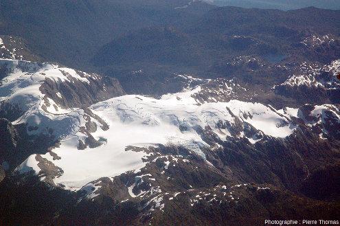 """Vue aérienne d'une """"petite"""" montagne recouverte de """"petits"""" glaciers, quelque part à l'Est du Champ de glace Nord de Patagonie, Chili"""