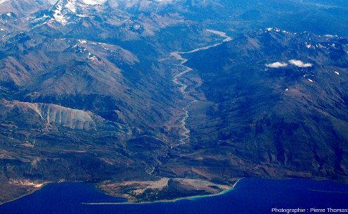 Zoom sur un cône de déjections de la photo précédente, cône empiétant sur le lac Pueyrredon