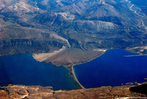 Zoom sur un cône de déjections de la photo précédente, cône empiétant sur le lac Pueyrredon et sur le cordon morainique