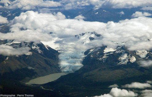 Zoom sur le petit glacier de la photo précédente se jetant dans un lac au pied de la Sierra de Sangra