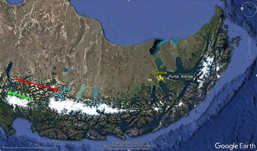 Vue satellite de la Patagonie du Sud (tournée de 90°, le Nord est à gauche) montrant les deux trajets aériens des figures 1 à 16 (flèche verte) et 19 à 26 (flèche rouge)