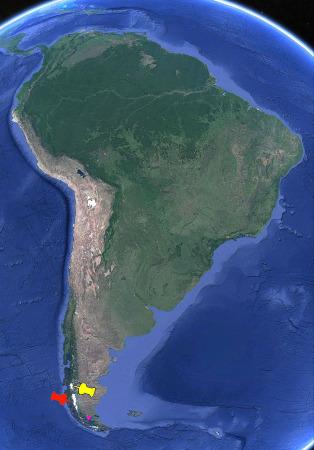 Vue satellite de l'ensemble de l'Amérique du Sud localisant les deux champs de glace de Patagonie (punaises jaune et rouge) et le champ de drumlins (point violet)
