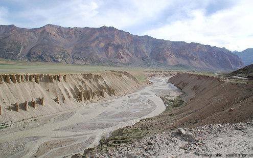 Terrasses fluvio-lacustres surmontant la rivière Tsarap (Tsarap Chu en Urdu), un tributaire de l'Indus dans son haut cours au Nord-Ouest de l'Himalaya, région de Sarchu, Ladakh indien