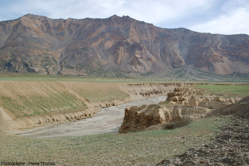 Détail du rebord (rive gauche) de la vallée actuelle de la rivière Tsarap creusée dans la terrasse alluviale