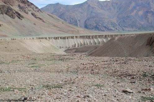 Vue sur le sommet de la terrasse (rive gauche) dominant la rivière Tsarap dans un secteur très peu végétalisé, ce qui laisse voir qu'au moins le sommet de cette terrasse est constitué d'une accumulation de galets