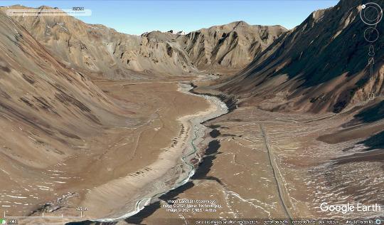 Vue aérienne de la vallée de la rivière Tsarap dans la région de Sarchu, Ladakh indien