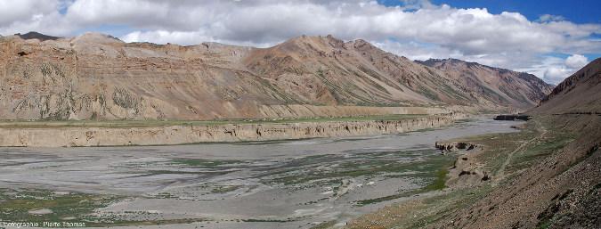 Vue d'ensemble sur la terrasse principale (rive droite) de la rivière Tsarap sur laquelle est bâti le village de Sir Bhum Chun (Ladakh indien)