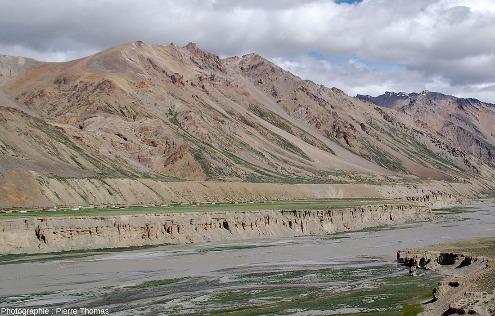 Le village de Sir Bhum Chun bâti sur la terrasse inférieure et dominé par la terrasse supérieure, vallée de la Tsarap
