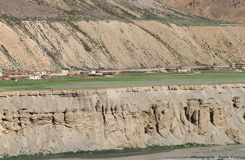 Gros plan sur le versant de la terrasse supérieure (au-dessus des habitations de Sir Bhum Chun) et sur une section de la terrasse inférieure (en dessous des habitations)