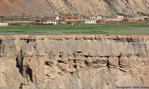 Détail de la stratification du haut de la terrasse inférieure au niveau du village de Sir Bhum Chun, vallée de la Tsarap