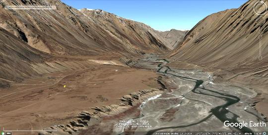 Vue aérienne des deux terrasses superposées (visibles sur la moitié gauche de la photo) au niveau du village de Sir Bhum Chun (punaise jaune)