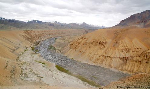 Vue globale sur de très épais dépôts alluviaux surcreusés par un affluent de l'Indus et formant de très belles terrasses