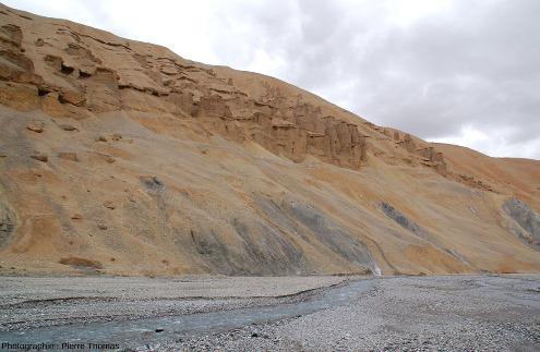 Coupe de la terrasse alluviale des figures 17 à 19 où l'érosion a atteint le substratum, ici constitué de marnes noires (punaise jaune de la figure 19)