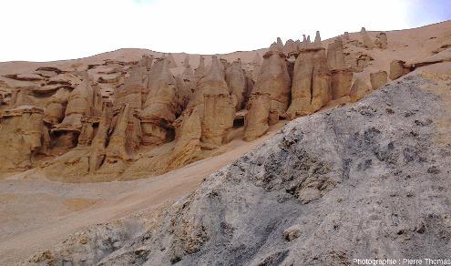 Coupe rapprochée de la terrasse alluviale des figures 17 à 19 où l'érosion a atteint le substratum, ici constitué de marnes noires (punaise jaune de la figure 19)