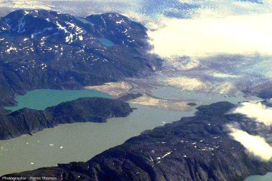 Photographie prise par le hublot d'un vol régulier Paris-Minéapolis-Phoenix montrant la terminaison du lac 2 de la photo précédente, lac de barrage dû à un glacier au Groenland