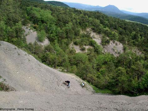 Vue générale plongeante sur les affleurements des argiles würmiennes à gypse de Cornillon-en Trièves
