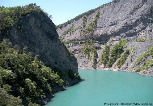 Vue sur les falaises des gorges de l'Ébron (partiellement ennoyées par le lac de barrage EDF de Monteynard) depuis la passerelle du Pas du Berlioz, 5km au Nord du site de Cornillon-en-Trièves (Isère)