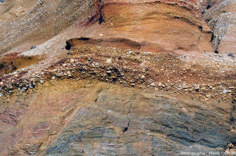 Détail de la faille visible au centre de la photo de la figure 3, dans les micaschistes paléozoïques de la plage de Pénestin (Morbihan)