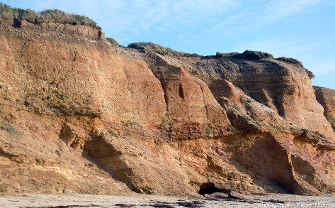 Falaise montrant la discordance Pléistocène / micaschistes paléozoïques, Pénestin (Morbihan)