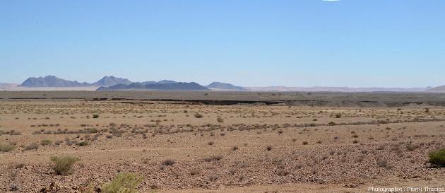 Vue plus large sur la plaine de Sesriem entaillée de gauche à droite (d'Est en Ouest) par un canyon (Namibie)