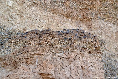 Lit de galets interstratifiés entre deux lits sableux, canyon de Sesriem, Namibie