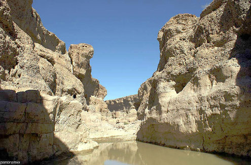 Le canyon de Sesriem avec de l'eau dans la rivière Tsauchab, ce qui n'arrive qu'une à deux fois par décennie