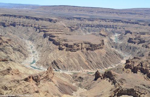 Méandre du centre de la figure 1 où l'on voit très bien la discordance entre les sédiments du groupe du Nama (750Ma) et le socle métamorphique du groupe du Namaqualand (1100Ma)