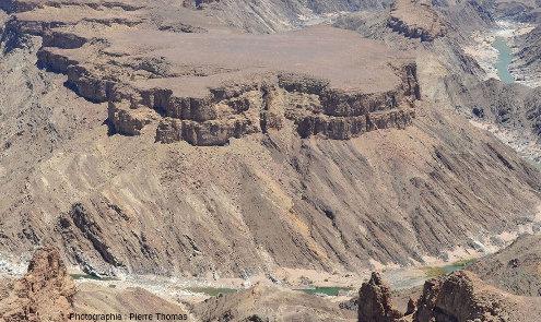 Détail du méandre où l'on voit très bien la discordance entre les sédiments horizontaux du groupe du Nama (750Ma) et le socle métamorphique du groupe du Namaqualand (1100Ma)