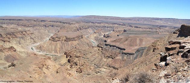 Vue sur le canyon de la Fish River (Namibie) prise environ 1km en amont (au Nord) du site de prise de vue de la série de photographies précédentes