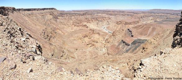 Vue sur le canyon de la Fish River (Namibie) prise environ 2km en amont (au Nord) du site de prise de vue des figures 1 à 4