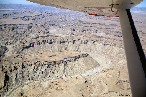 Un survol par avion du canyon permet de voir d'autres dykes, intrusifs dans les roches métamorphiques du Namaqualand et recouverts en discordance par la série du Nama