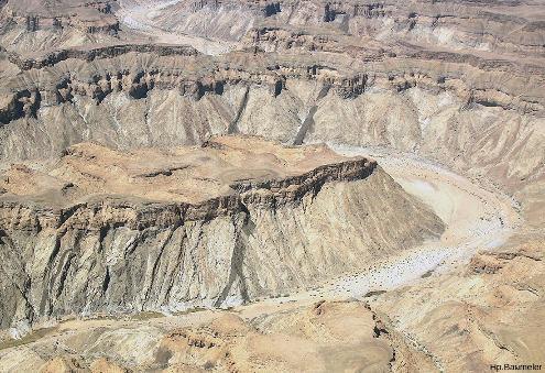 Zoom d'un survol par avion du canyon permettant de voir des dykes (770Ma), intrusifs dans les roches métamorphiques du Namaqualand (1100Ma) et recouverts en discordance par la série sédimentaire du Nama (750Ma)