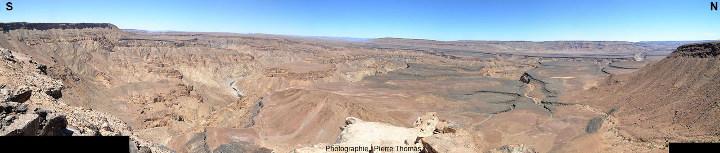 Mosaïque d'images couvrant quasiment 180° du Nord au Sud, sur laquelle on voit le relèvement de la surface topographique de droite à gauche et l'enfoncement concomitant de la Fish River (Namibie)