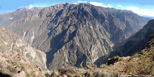 Mosaïque d'images montrant le canyon de Colca (Pérou, région d'Arequipa) vu depuis le belvédère nommé la Croix du Condor