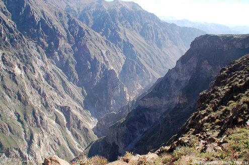 Zoom sur la paroi de la rive Sud du canyon de Colca au niveau de la Croix du Condor (Pérou)