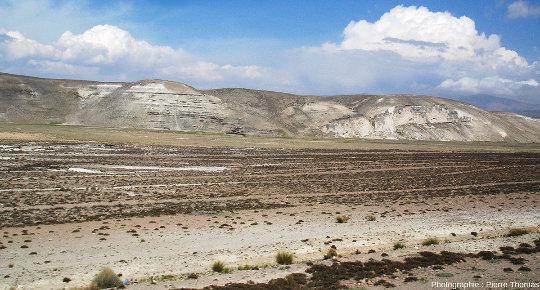 Affleurement très probablement constitué d'ignimbrites quelque part sur l'Altiplano péruvien entre le canyon de Colca et le lac Titicaca