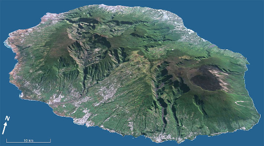 Vue aérienne de l'ile de la Réunion, mêmes échelle et mode de projection que figure précédente