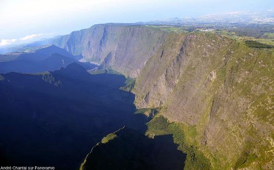 Autre vue de l'aval de la vallée de la rivière des Remparts, ile de La Réunion
