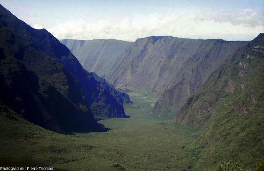Vue de l'amont de la rivière des Remparts, ile de La Réunion, prise en direction du Sud, vers l'aval