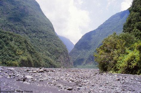 Le fond de la rivière des Remparts dans une partie affectée par l'éboulement de Mahavel (1965)